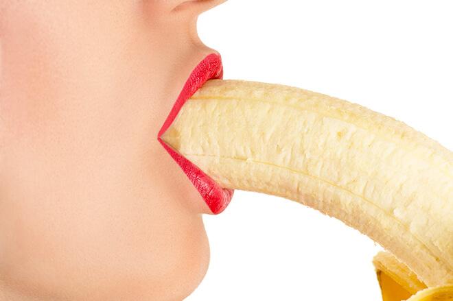 バナナを咥える女性